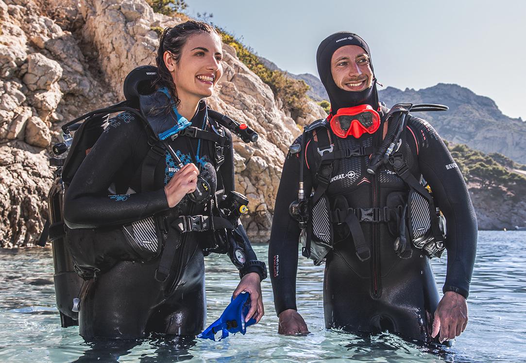 Combinaison de plongée sous-marine Optima et Alize Beuchat, portées respectivement par un homme et une femme !