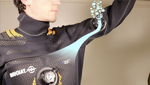 Use the automatic purge of a Beuchat Drysuit