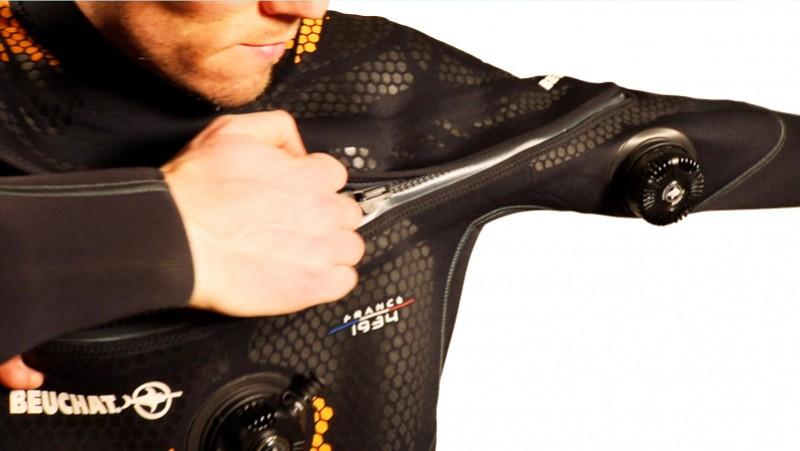 Correctly closing a chest closure of a Beuchat wetsuit or a drysuit